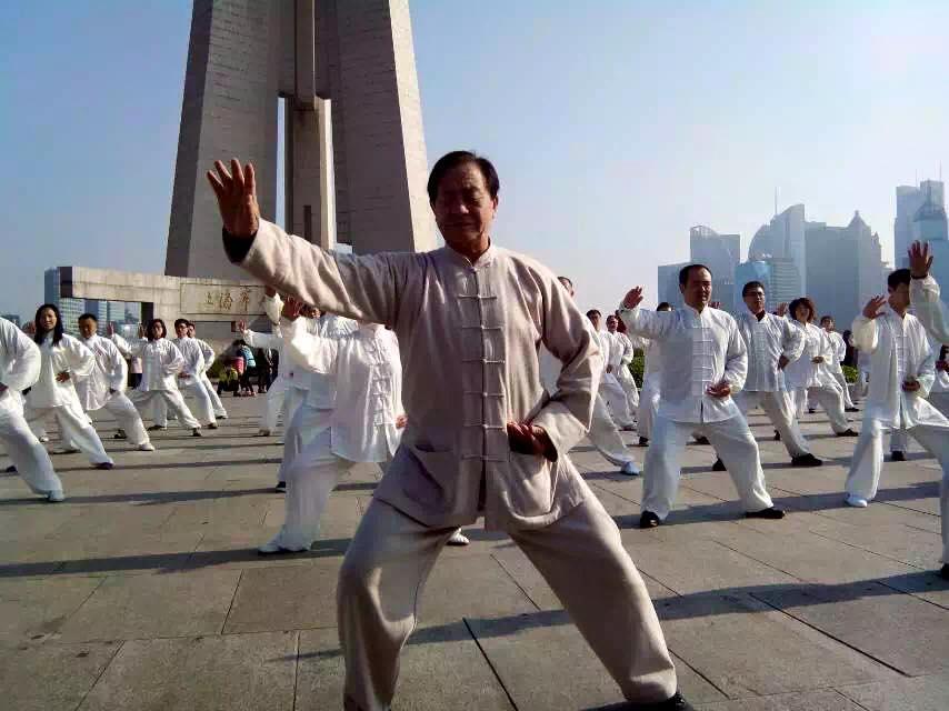 Zhu Tiancai insegna i fondamentali del taiji quan a un gruppo