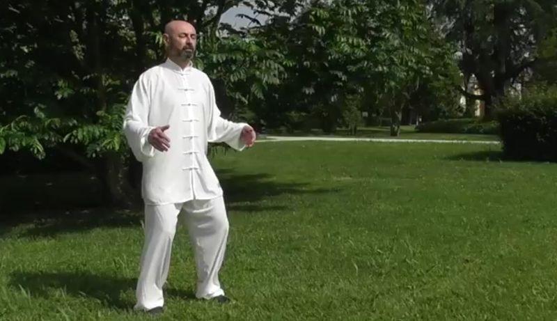 Il Maestro Corrain in un esercizio di Qi Gong